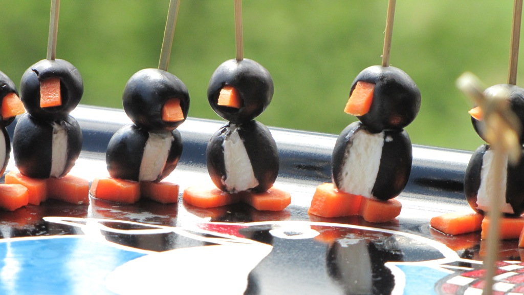 recette des pingouins amuse bouche la cuisine amusante. Black Bedroom Furniture Sets. Home Design Ideas