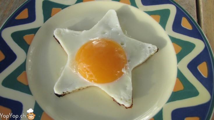 étoile oeuf au plat dans l'assiette