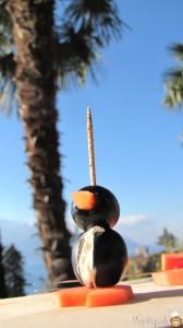 un pingouin amuse bouche sous les palmiers