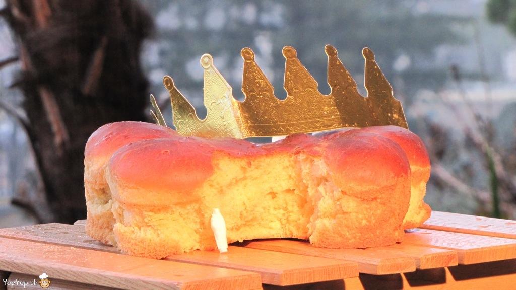 galette des rois en brioche avec la fève et la couronne