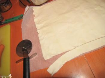 couper des lanières de pâte feuilletée