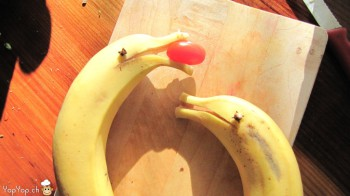 le dauphin banane avec une balle tomate