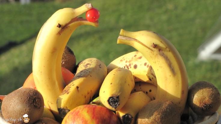 transformer un plat de fruit en dauphins joueur en bananes