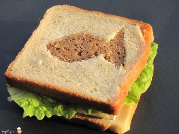 sandwich au thon avec le poisson dessus