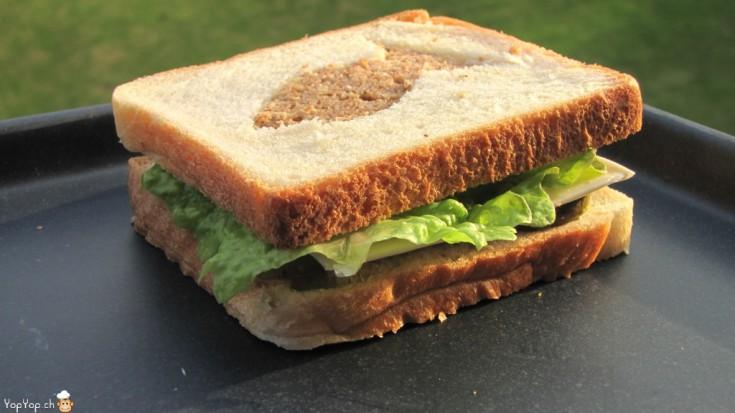 sandwich au thon avec une forme de poisson dans le pain