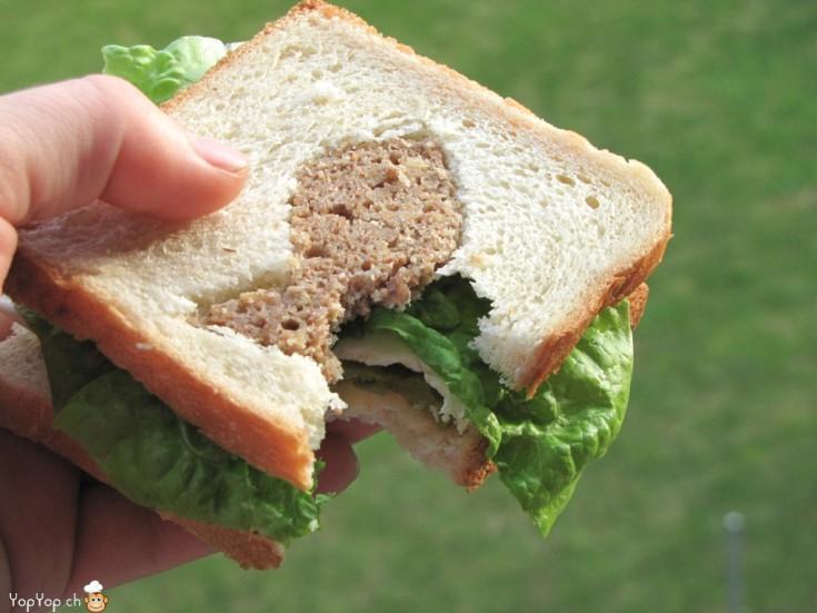 morce dans un sandwich au thon