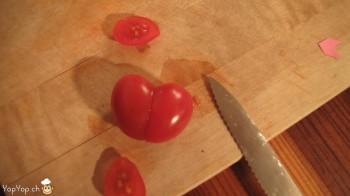 former un coeur avec une tomate