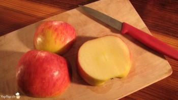 3-trancher la pomme et former une tête