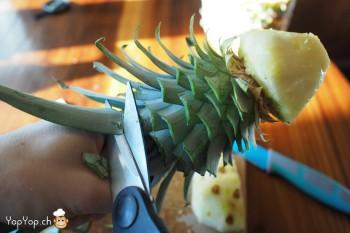 5-dessert ananas couper les feuilles avec des ciseaux