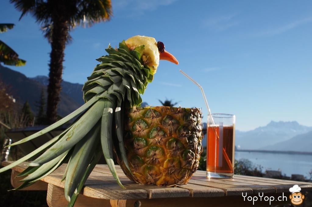 dessert ananas découpé en forme d'oiseau sirop devant les dents du midi