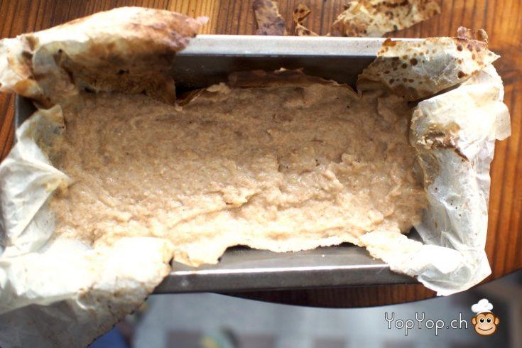 mettre-la-masse-de-pâte-dans-le-moule-a-cake